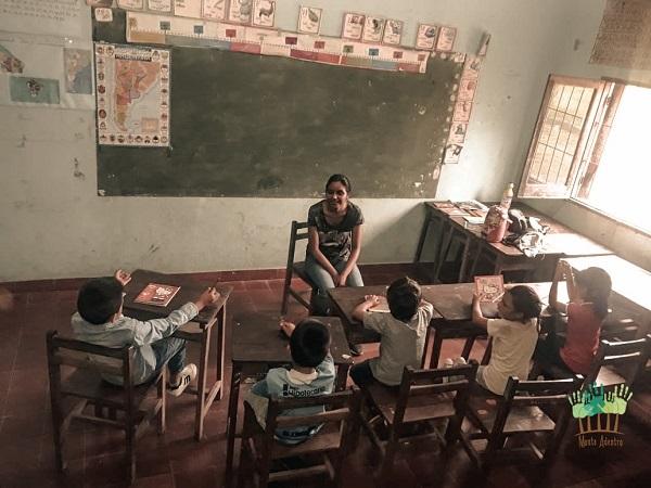 Aula con alumnos y docente